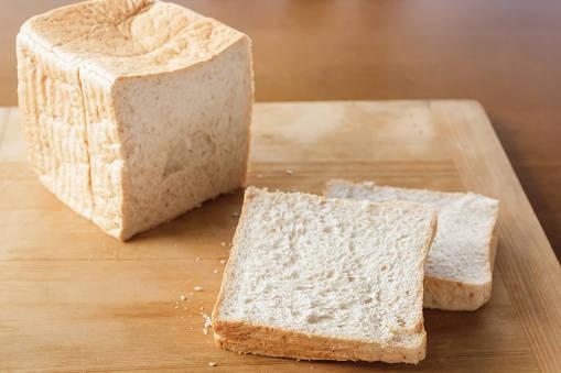 食パンにヨーグルトを塗って