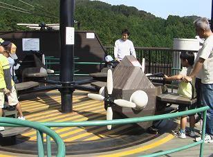 船形遊具内にある、飛行機型のメリーゴーランド