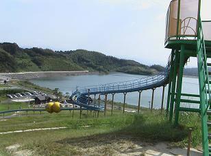 天拝湖を眺められるローラー滑り台