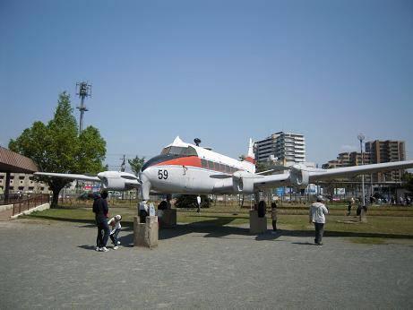 公園の中に大きな飛行機