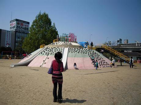 公園の遊び場の真ん中に、小山があって、ジャングルジムに...