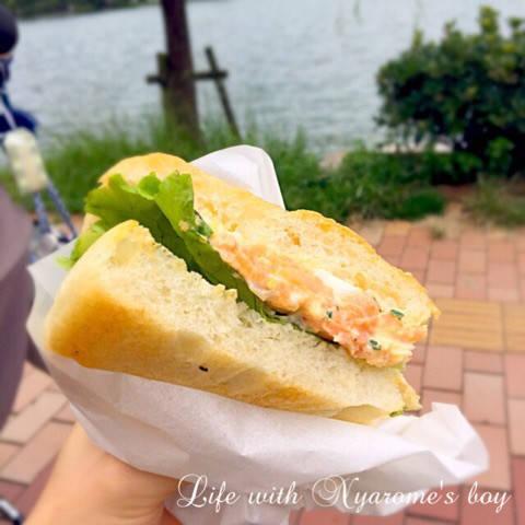 サーモンタルタル持ち帰りにして、大濠公園で食べました。...