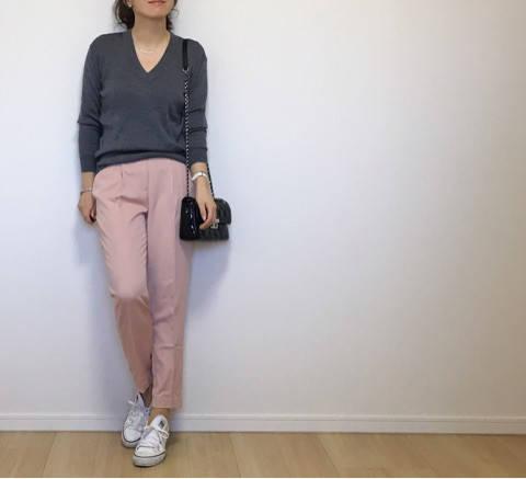 ピンクのパンツに合わせたのは鉄板な組み合わせのグレーです