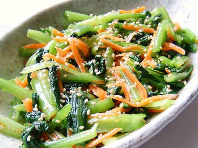 たっぷりの小松菜も、茹でてナムル風にすればモリモリ♪ ...