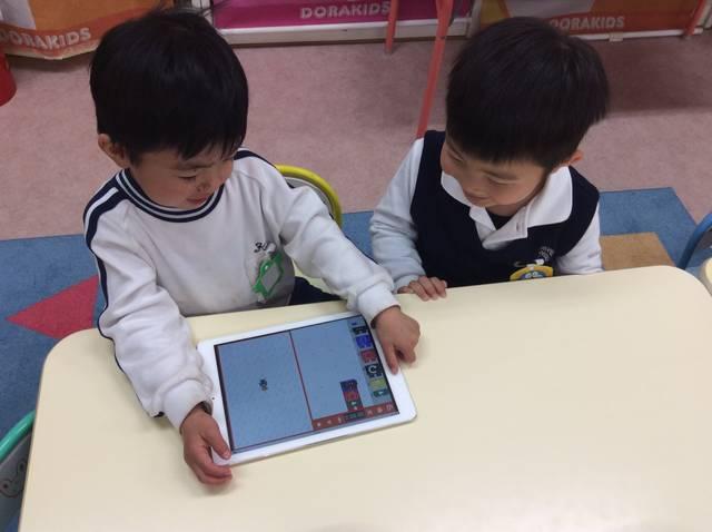 iPadを使ったブロック・プログラミング授業の様子