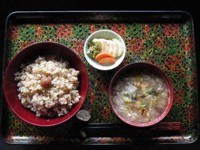 玄米ご飯・味噌汁・梅干し・糠漬けの食卓