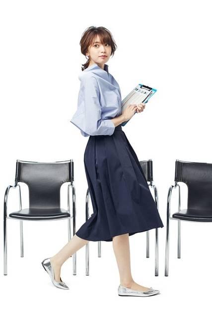 軽やかなフレアシルエットが女性らしいステップドヘムスカート