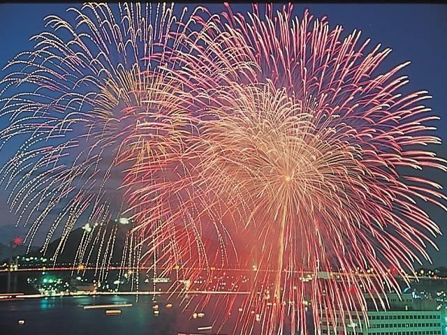 夏の夜空を彩る1万5千発の花火!関門海峡花火大会