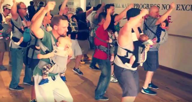 イクメン先進国アメリカでパパが赤ちゃんを抱えて一緒に踊る「イクメンダンス」が話題に|DI:GA online|ライブ・コンサートチケット先行 DISK GARAGE(ディスクガレージ) (71399)