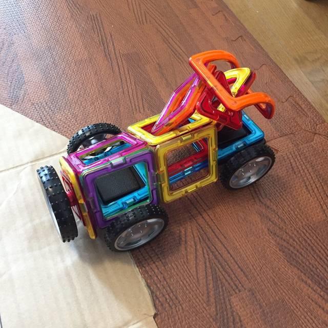 """じみふゆ on Twitter: """"息子がマグフォーマーで作ったしゅしゅー(ごみ収集車)。これにおとうさんとままと3人でのってうんてんして、ほいくえんにいくのだそうだ。 https://t.co/Ugxta09hKx"""" (75801)"""