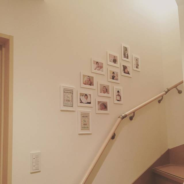 """@tiku345 on Instagram: """"階段ギャラリー。 一階から二階へ続く階段です。 ・ もうすぐ7歳になる長男は、お宮参りから入学までずっとスタジオで写真を撮り続けてきました。 作ったアルバムや台紙は立派で思い出深いけれど、どうしても日常的に見るとは言い難いです😅 ・ 勿体無いな〜と思い続けること6年(笑)…"""" (83091)"""