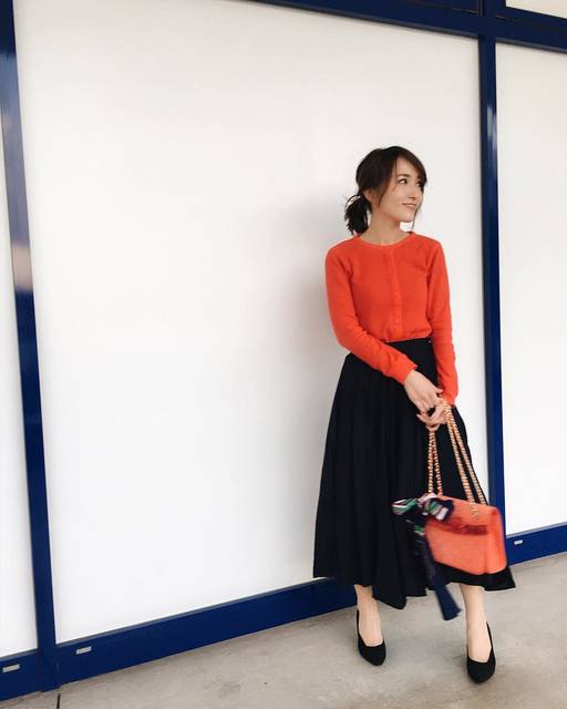 """tomomi___s on Instagram: """"* * @uniqlo の2018年SS✨ * #ミニワッフルカーディガン Red可愛い〜❤️しかもかなりプチプラ😌💖 * * 黒に見えるけどネイビーのスカートと合わせました✨ * 携帯の調子が悪くて機種変しようとしたら入荷待ち...💦 * * *…"""" (83256)"""
