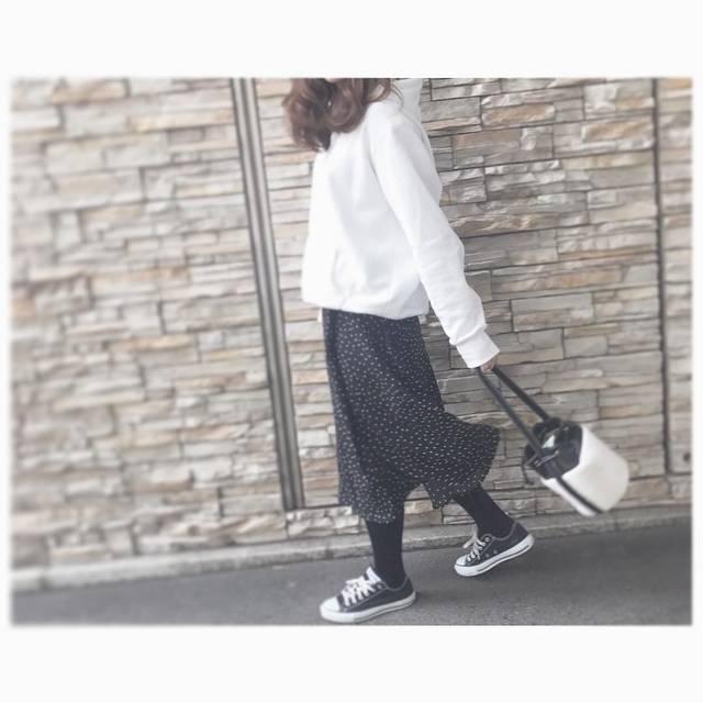 """名古屋ヨガインストラクター on Instagram: """"⋆︎ ⋆︎ いい加減、ドット柄スカートpostしつこい?? ⋆︎ 私、ハマるとそればっか😳 ⋆︎ 今日は白パーカーに合わせて♡ 他アイテムはいっつも同じ🙈 ⋆︎ これぞ着まわし☝🏽 ⋆︎ 気付いてる? いつもbagとスニーカーが同じなの🙄 ⋆︎ #今日のコーデ  #上下gu…"""" (83477)"""