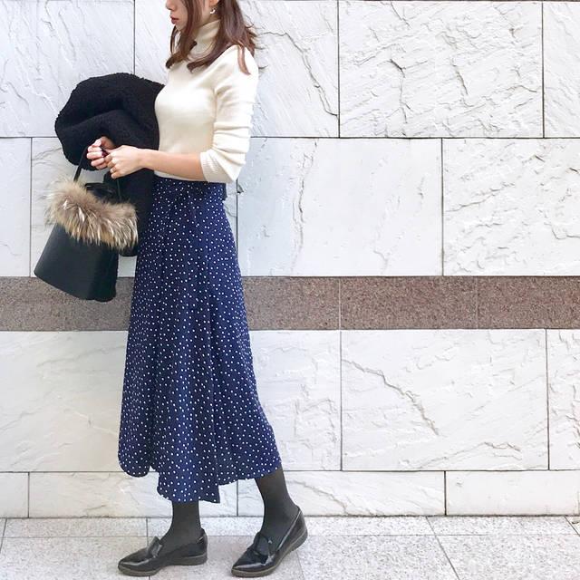 """soli on Instagram: """"社内打ち合わせの日のお仕事コーデ😊 . . #gu の#ドットフレアミディスカート おかわ❤️ 水玉、パンツは難しくて着こなせる気がしなかったんですが、スカートなら挑戦しやすい🙌 ※Sサイズ・ネイビー着用 . . knit: #uniqlo @uniqlo  skirt:…"""" (83478)"""