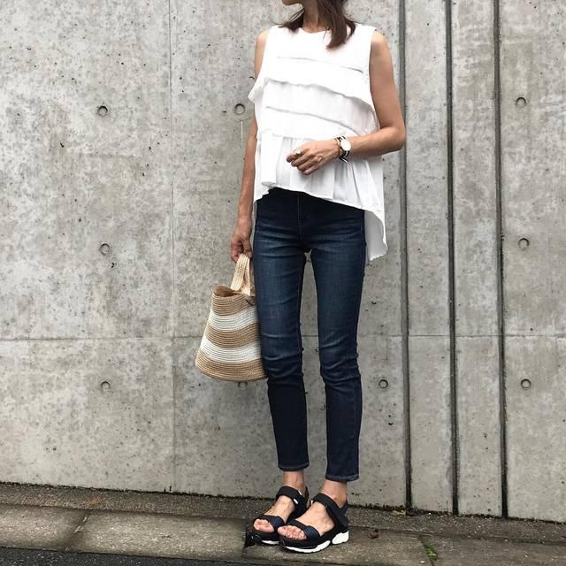 """tomo on Instagram: """"#outfitoftheday  #今日のコーデ です またまた @uniqlo の #ハイライズシガレットジーンズ を履きました♡ トップスは @haptic_rakuten のものです。 シンプルなのに、 デザイン性があるトップス。 大好きです。 ・ ・…"""" (83655)"""