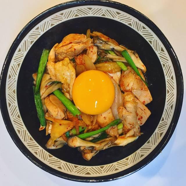 """@perorinchoo on Instagram: """"5月24日のおうちごはん。 鶏もも肉のキムチ炒め 200円 キムチの辛さと、黄身のまろやかさが相性抜群で、鶏もも肉のジュージューな旨味が引き立ちます🤓✨ 卵は、なるべく新鮮なものを🐥 鶏もも肉は、お湯でサッと茹でて脂を抜いています🐓🔥🍖 #鶏もも肉 #舞茸 #玉ねぎ #ニラ…"""" (83909)"""