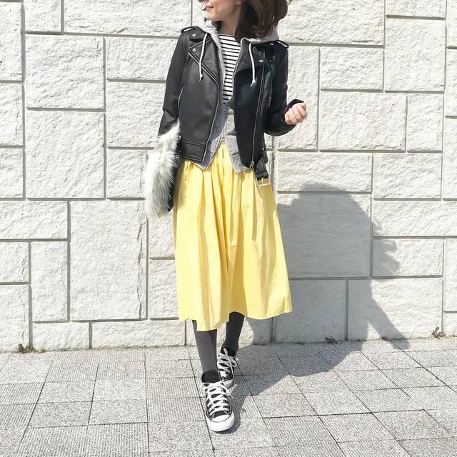"""Reiko on Instagram: """". 春になると着たくなるイエロー💛 . salus( @salus_official )さんの コットンフレアスカート、ミモレ丈。 このスカートお気に入りすぎて、色違い、丈違い、素材違いで4着目😂🙌 選べるのが嬉しいポイントでも♩ . yellow × border🦓💛…"""" (85718)"""