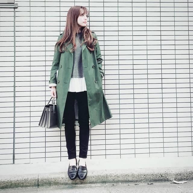 """YUUKI on Instagram: """"昨日の晴天はどこへ💦 今日は風が強くて…折りたたみ傘が ひっくり返りっぱなしの帰り道〜〜(^^;; #ootd #cordinate #instafashion #green #trenchcoat #雨の日 #強風 #折りたたみ傘 #頑丈な傘が必要な1日 #トレンチコート…"""" (85911)"""
