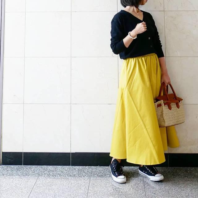 """TOMO on Instagram: """"4月16日(月) 夜更かししてしまってます😅 * * カーディガン…#gu #uvカットウォッシャブルvネックカーディガン  スカート…GU #シャーリングフレアロングスカート  バッグ…#神戸レタス  スニーカー…#CONVERSE * * #上下ジーユー部 ✨…"""" (90758)"""