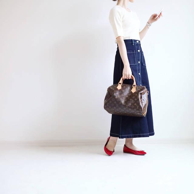 """yonnie on Instagram: """"♔ ・ ・ こんばんは。 #通勤コーデ スワイプでアウターあり☝︎ ・ ・ この冬、膝(の出る)丈のデニムスカートを いくつか断捨離。 そんなところにGUでみつけたこちら… ・ 長さもシルエットも絶妙に可愛い♡ ・ ひらりと揺れるフレアスカートとはまたちがう…"""" (91724)"""