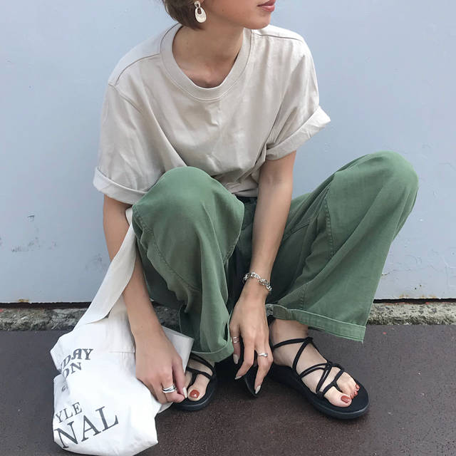"kumika on Instagram: ""休日楽ちんコーデ💓 やっぱりカーキとベージュの合わせが好き♥️♥️ UNIQLOクロップドT久しぶりに着た☺️ このベージュの色味好き💕💕 tops#uniqlo pants.bag#todayful shoes#teva#voyainfinity…"" (93218)"