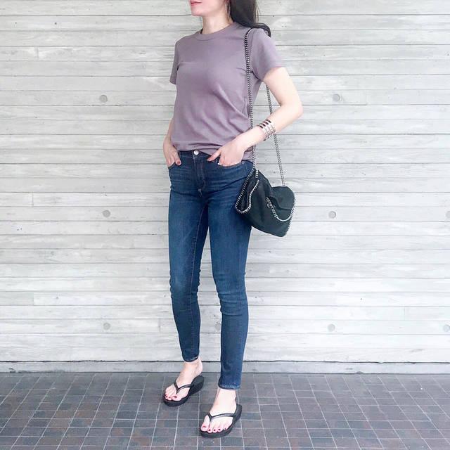 """Chika.T on Instagram: """"#今日のコーデ ♡ . もう素肌にTシャツ1枚で過ごせる季節🎶 気持ちいい〜🙌 . 大人気の#uniqlou の#クルーネックt は、くすみカラーに挑戦💕 . シックな雰囲気になるよう、小物はブラックとシルバーでまとめました🖤 . ビーサンでカジュアルに🎶 . . Tee…"""" (94812)"""