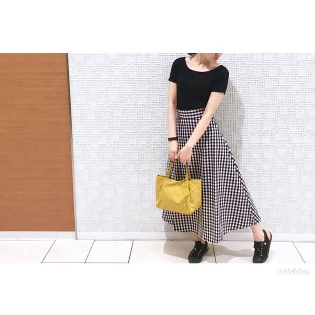 """fujikawa natsumi on Instagram: """"すーっごく悩んでスカートにしました😇  #ジユジョ  #フレアロングスカート  これで2000円はむねあつすぎ… 新しいものってすぐ着たくなる😽  黄色のバッグとかあまり持たないけど モノトーンの差し色にめっちゃよかった🤤💗 . Tops:#ユニクロ @uniqlo…"""" (94988)"""