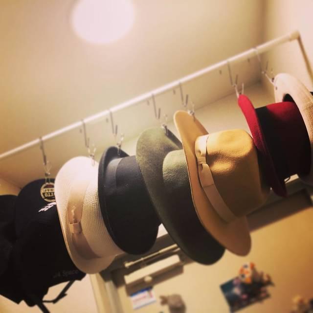 """♪#_yoshida ayaka_#♪ on Instagram: """"気づいたら帽子だらけで、しまう場所に困って、選択したのは""""玄関""""。.全身鏡も玄関だし、まぁ、いっか♪.ここに1諭吉さんoverのカンカン帽は無い(笑)..#細かいことは気にしない #帽子収納 #しょーとかっと女子 #おしゃれぶる #丸顔に帽子"""" (98172)"""