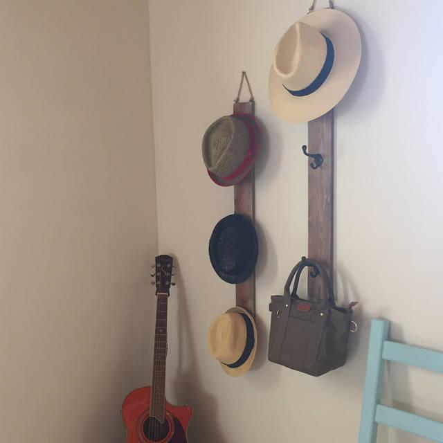 """#ハンドメイド木工作家 on Instagram: """"帽子バック収納横型だと設置場所に困るので縦型に変更家の中のデッドスペースに設置可能#帽子#帽子収納#帽子掛け#帽子掛けdiy #バッグ#bag"""" (98184)"""