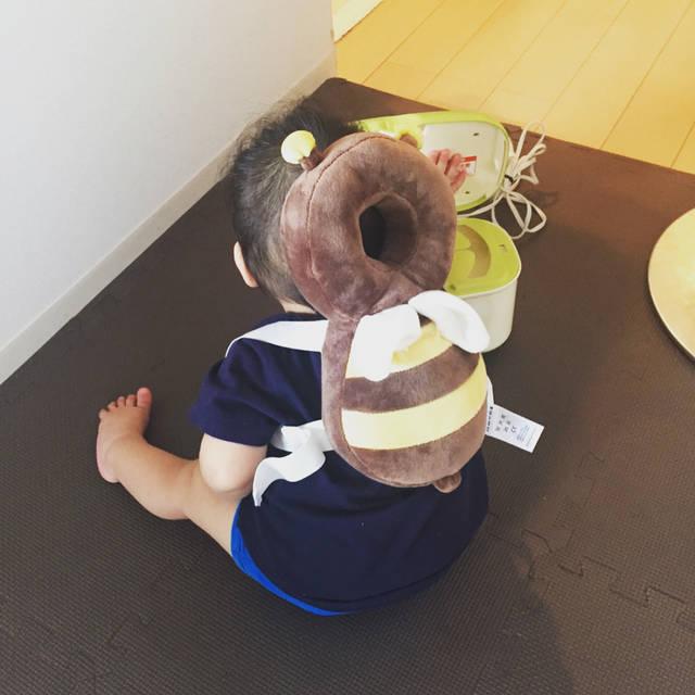 """Megumi Yoshioka on Instagram: """"家の中を蜜蜂がウロウロ🐝 倒れた時に頭をガードしてくれる「赤ちゃんのごっつん防止やわらかリュック」というもの。  旦那が注文しろとうるさいので注文したけど、絶対使わないと思う😅 汗っかきの赤ちゃんには暑いし、本人も嫌がるし、一回写真撮って終わりだな.... #赤ちゃんリュック…"""" (100221)"""