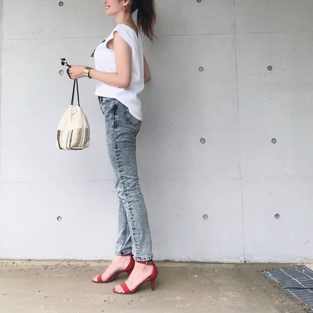 """Chika.T on Instagram: """"☀️☀️☀️💦 . #今日のコーデ ♡ . とても蒸し暑かったので、 涼しいワッフルTに、ちょっとクセのあるデニムな、シンプルコーデ👖 . . 差し色に、ピアスとサンダルは赤♥️ . . ワッフルT、流行りのGUのものが欲しかったけど、買いそびれ、その悔しさの反動で、セールで…"""" (100452)"""