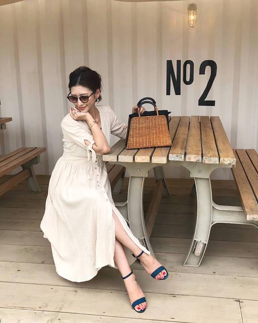 """Sayuri on Instagram: """"・ GUさんとのタイアップで、 #秋サンダル#スエードタッチストラップサンダル を取り入れたコーデ😊 ・ ターコイズブルーの華奢サンダルが 今の気分♬ ホワイトベージュのリネンワンピにポイントで✨ ・ ストラップがついてるから歩きやすくて 暗めのブルーだから派手すぎない😊 ・…"""" (100456)"""
