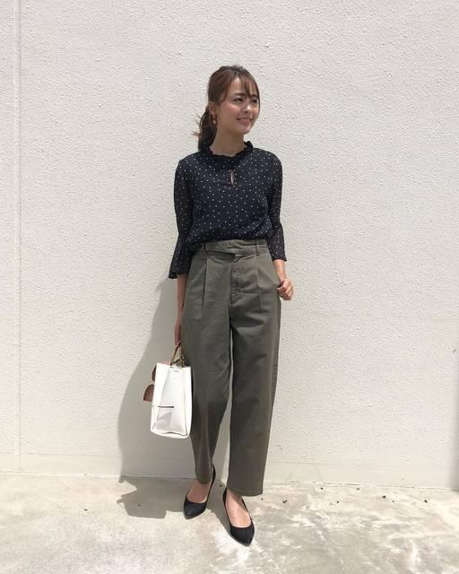 """千葉 優子 on Instagram: """". . #outfit . . GUのチノグルカテーパードパンツで 一足先に秋を意識したコーデ ☻ . . ウエストのリングベルトが可愛いのでトップスはイン♡ ストンとした形が女性らしくてお気に入り。 . . 落ち着いたカラーでまとめて きれいめカジュアル♡ . .…"""" (100754)"""