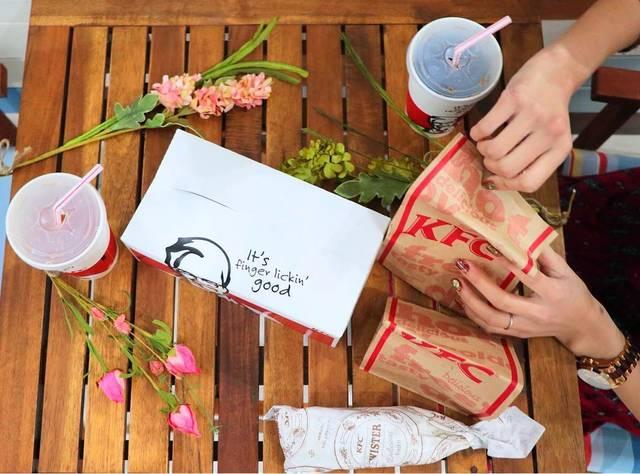 """ケンタッキーフライドチキン on Instagram: """"暖かくなってきたこんな日はケンタッキーをお持ち帰りしてお外でランチ🍴 袋を開ける瞬間が一番楽しみですよね♪ #ケンタでランチ #ランチ #lunch #今日のランチ #ピクニック #お外でランチ #togo #テイクアウト #お持ち帰り #kfc #ケンタッキー…"""" (100920)"""