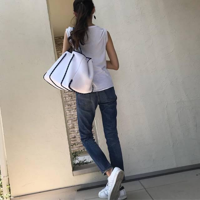 @3saho - Instagram:「* 素敵なバッグが届きました♬ ・ ウェットスーツに使われているネオプレーン素材だそうで、たくさん荷物を入れてもすごく軽い! さっそくこどもたち4人分のお弁当と荷物を入れて公園へ。 ・ これから夏のレジャーにも活躍しそう🌻 ・ ピンクやイエローも可愛かったな♡ ・ ・…」 (101483)