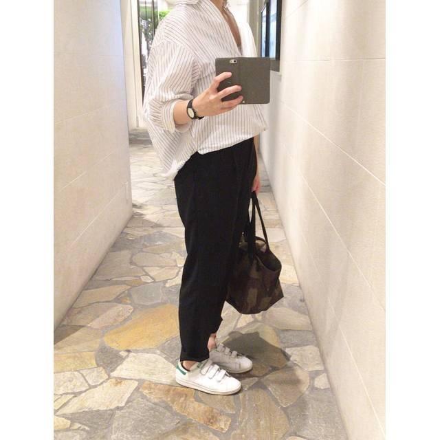 """m@.co on Instagram: """"溶けそうな暑さ!風邪の通るシャツと、涼しくて楽なパンツで。*#LAKOLE #ラコレ#plst #プラステ#スタンスミス#エルベシャプリエ #足元倶楽部"""" (101520)"""