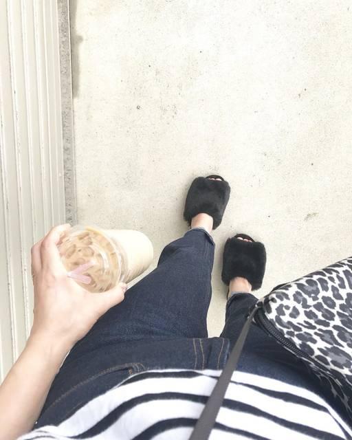 """@n.yu____mi on Instagram: """"第2の#神デニム と話題の#テーパードアンクルジーンズ 購入しました♡確かにシルエット綺麗です!秋冬も履きたいので、NAVYで。 見た目暑いですが…#フェイクファーフラットサンダル も初おろし♡ すんごく楽チン。オフィスのルームシューズにも良さそうです♡ * * * #きょコ…"""" (101740)"""