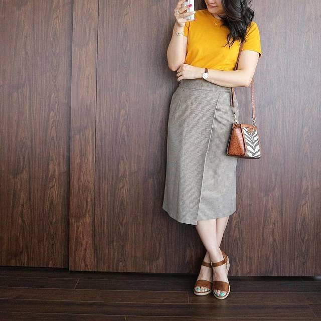 """Chiaki* on Instagram: """"何パターンでもやります!  #神t 、クルーネックT×チェックナロースカート❤️(笑)  このスカート、結構いろんな色に合わせられるので、めっちゃ使える😁  今日はマスタード。  #夏コーデ #ユニクロ #上下ユニクロ #OL #秋色 #働き女子 #Tシャツ #ユニジョ…"""" (101835)"""