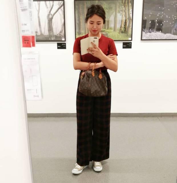 """kana on Instagram: """"チェックパンツにえんじ色のtシャツ合わせ🍂  涼しくなって欲しい!と思ってたけど、 こうも急だとちょっと寂しい😮 . Tシャツ @uniqlo #クルーネックt パンツ @gu_global #タータンチェックワイドパンツ スニーカー @converse_jp バッグ…"""" (107796)"""