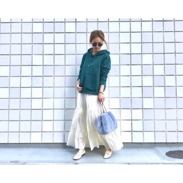 """natsu725 on Instagram: """"code◡̈⃝ . . . オーバーめのパーカーにフレアスカートのキレイめカジュアル💚 . . ゆるっとふわっと♡ . . . #gu の #スウェットプルパーカ はグリーンをセレクト! プチプラならカラーものも挑戦しやすいですよね💚 . . .  #ママファッション…"""" (109876)"""