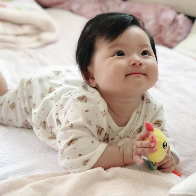 """Emma mom on Instagram: """"最近寒くなって来たので、UNIQLOのフライスカバーオールが大活躍!パジャマにしてるよ💕 #baby #instababy #babygirl #赤ちゃん #女の子 #3月生まれ #ママリ #ベビフル #6ヶ月 #6months #コドモノ #新米ママ  #ベビ誕…"""" (110027)"""