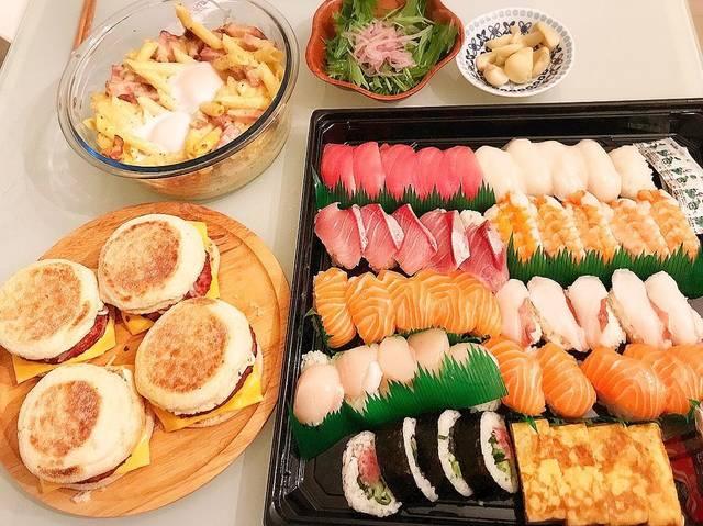 """Ayuki(23) on Instagram: """"#コストコ飯#コストコ の#お寿司 好き😘#カルボナーラ もお寿司も安くなっててラッキー(≧▽≦).#ホットケーキサンド12個2日でなくなる(笑)(笑).#晩ごはん#おうちごはん#cooking#手料理#料理記録#Costco#コストコ購入品"""" (112777)"""