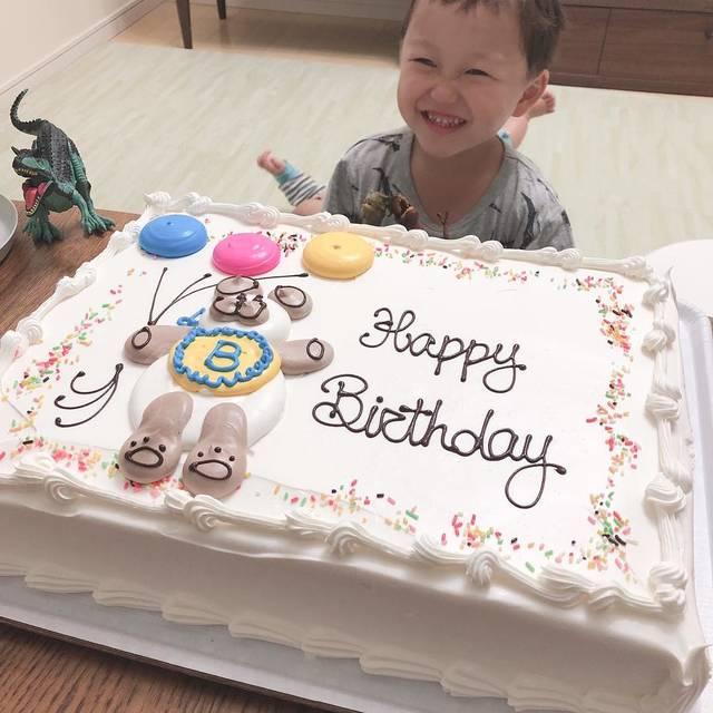 """ishii mayumi on Instagram: """"あかし5歳になりまして🎂  やんちゃでやんちゃで毎日困らせてくれるけど、いいところもちゃんと伸ばしていってくれるといいなーと母は思います。  今年はお兄ちゃんになって、思ってたよりも弟を可愛がるので一安心。。 買いたかったコストコのケーキを買って、大満足だね✨…"""" (112779)"""