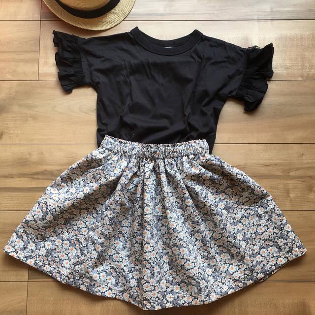 """Yoshie Fuwa on Instagram: """"ハンドメイド記録 ・ ・ パターンレーベルの子供服ソーイングLESSON BOOKより、ギャザースカートをつくりました。 4歳の娘に、秋まで着れるように110㎝。 でも97㎝の娘に今着せるにはちょっと大きすぎた〜💦 ・ 生地はリバティAliceWブラックです。…"""" (112882)"""
