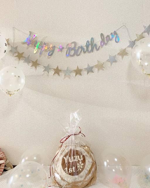 """ayaka on Instagram: """". いまさらながら 12月30日 娘の誕生日でした . 飾りつけはダイソーで .  一升餅と悩んだけど わたしがパン好きなのと 娘も一緒に食べれるので 一升パンにしました . お店はお休みなのに作っていただき とってもステキな 一升パンで大満足です♡ . #赤ちゃんのいる生活…"""" (114475)"""