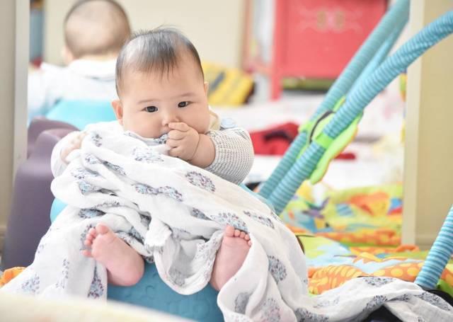 """©︎hiharu☺︎ on Instagram: """"後頭部のハゲが凄まじい事になってる(>_<)💦 ・ ・ ・ ・ ・ ・ ・ #生後5ヶ月 #5ヶ月 #バンボ #赤ちゃん #baby #双子 #ツインズ #ミックスツインズ #twins #二卵性 #似てない双子 #双子ママと繋がりたい #ママカメラ #赤ちゃんのいる生活…"""" (114834)"""