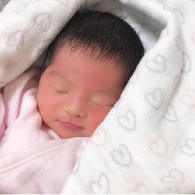 """@haruna__ktn on Instagram: """". 生後7日目のまいり♡ このおくるみでずっとまいてたなあ🥰 3人目でやっとおくるみの有難さを実感🥰笑 ニトリの指人形を探してたのに ニトリのベビーラインが可愛くて安くていろいろ買ったけど 役立ってる💕 今ではこの新生児感すでに懐かしいくらいどすこいちゃん🥺 . .…"""" (116817)"""