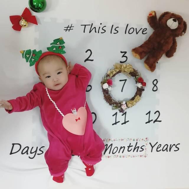 """♡ hitomi ♡ on Instagram: """"あっという間に7ヶ月に❤離乳食もよく食べミルクもよく飲んで元気に成長中です👶✌.#生後7ヶ月#薄毛ベビー#レターシーツ#マンスリーフォト#もうすぐクリスマス#クリスマスカチューシャ#ニコニコ#いつも笑顔に癒される#親バカ部#赤ちゃんのいる生活"""" (117898)"""