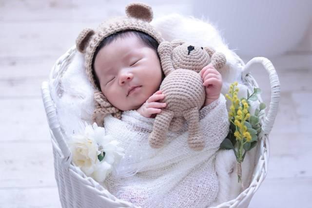 """Ⓡ Ⓘ Ⓔ on Instagram: """"#セルフニューボーンフォト ③ ⑅ 生まれた時から髪の毛多め女子! . クマの帽子から出る髪の毛が可愛すぎて 何枚も撮ってしまう♡ . いい感じにクマさんを抱っこしてくれました (•ᴥ•)♡ . . . #赤ちゃんのいる生活 #ママリ #女の子ベビー #女の子ママ…"""" (118640)"""