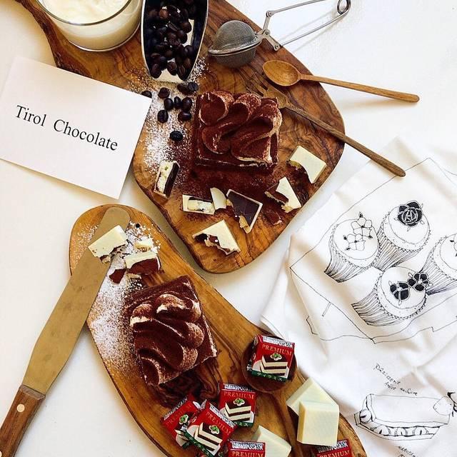 """チロルチョコ on Instagram: """"【ローソン先行】 チロルチョコプレミアムティラミスが販売中🎶  チーズ生チョコのなめらかさが美味しいチョコレートはティラミス好きにはたまらない美味しさ🎶 ココアパウダー、チーズ生チョコ、コーヒーチョコをチーズチョコでコーティング。 本格的な風味をぜひご堪能ください🎶…"""" (120685)"""